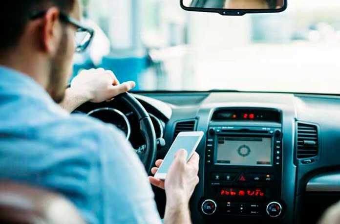 Guvernul propune noi reguli de circulaţie prin care să interzică şoferilor să stea cu telefonul în mână