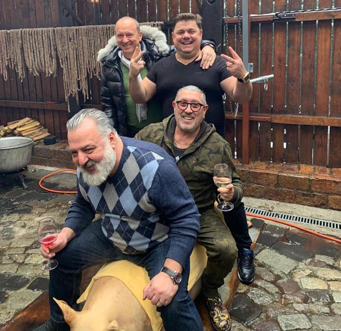 Șeful Gărzii de Mediu București apare pe Facebook la șpriț la bustul gol sau călare pe porcul de Crăciun