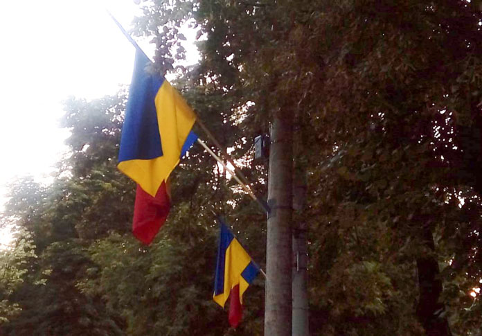 Povestea neștiută a sutelor de steaguri apărute prin Capitală. De ce ne trebuiau și cine face bani de pe urma lor